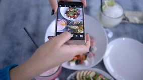 Blogging, telefon komórkowy w żeńskiej ręce żeńskiej bierze obrazkom zdrowej jarskiej sałatki podczas śniadanio-lunch dla ogólnos zbiory wideo