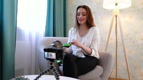 Blogging Vídeo do película da mulher com os acessórios de forma na câmera video estoque