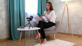 Blogging Vídeo do película da mulher com os acessórios de forma na câmera vídeos de arquivo