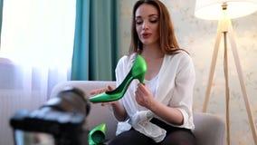 Blogging Vídeo do película da mulher com os acessórios de forma na câmera filme