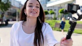 Blogging Vídeo do película da mulher na câmera na rua filme