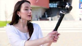 Blogging Vídeo do película da mulher na câmera na rua vídeos de arquivo