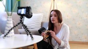 Blogging video Película do Blogger da mulher na câmera em casa filme