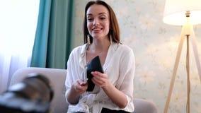 Blogging video Película do Blogger da mulher na câmera em casa vídeos de arquivo