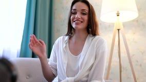 Blogging video Película do Blogger da mulher na câmera em casa video estoque