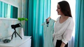 Blogging video Roupa da forma do película do Blogger da mulher na câmera video estoque