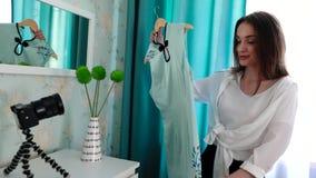 Blogging video Roupa da forma do película do Blogger da mulher na câmera vídeos de arquivo