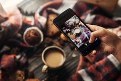 Blogging Werkstattkonzept Instagram-Fotografie Hand, die pH hält Lizenzfreies Stockbild