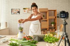 Blogging yuong Frau Stockfoto