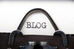 Bloggtext på den retro skrivmaskinen Arkivfoton