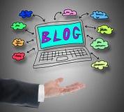 Blogkonzept, das über einer Hand frei schwebt Stockfoto