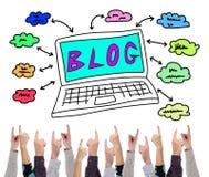 Blogkonzept gezeigt durch einige Finger Stockfotografie