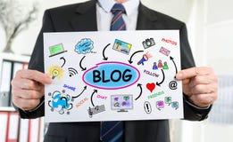Blogkonzept gezeigt von einem Geschäftsmann Stockbilder