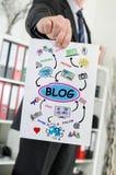 Blogkonzept gezeigt von einem Geschäftsmann Lizenzfreies Stockfoto