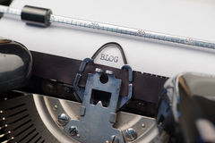 Blogtekst op retro schrijfmachine Stock Afbeelding