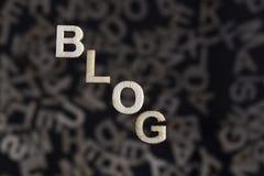 Blogtext in den hölzernen Buchstaben auf Winkel Lizenzfreies Stockfoto