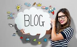 Blogtext mit der Frau, die eine Spracheblase hält Lizenzfreie Stockfotografie