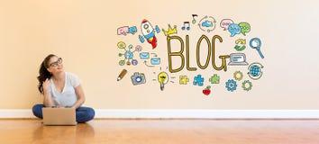 Blogtext mit der jungen Frau, die eine Laptop-Computer verwendet Lizenzfreies Stockbild
