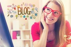 Blogtext mit junger Frau Stockbild