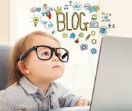 Blogtext mit Kleinkindmädchen Stockbild