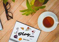 Blogu doodle na notepad obok herbaty, szkieł i rośliny, Zdjęcia Stock