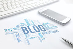 Blogu pojęcia słowa chmury druku dokument, klawiatura, pióro i smartp, zdjęcia stock