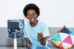 Blogue afro-americano do vídeo da gravação do vlogger foto de stock royalty free