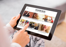 Blogue da forma da leitura da mulher na tabuleta Fotos de Stock Royalty Free