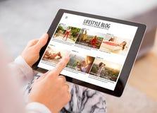 Blogue da leitura da mulher na tabuleta fotos de stock