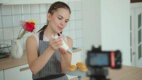 Blogue ou vlog video do tiro para a pastelaria Blogger falador video estoque