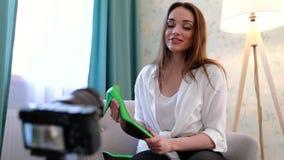 Blogue video Mulher que grava Vlog na câmera com acessórios vídeos de arquivo