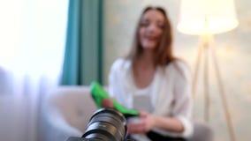 Blogue video Mulher que grava Vlog na câmera com acessórios filme