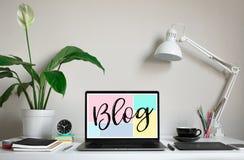 Blogueando, ideas de los conceptos del blog con el ordenador portátil del ordenador en la mesa de trabajo creatividad e inspiraci imagen de archivo libre de regalías