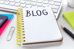 Blogwort auf Notizbuch Stockbilder