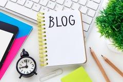 Blogwort auf Notizbuch mit Computertastatur Lizenzfreie Stockfotografie
