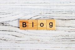 Blogwort auf Würfelkonzept auf dem Tisch Stockbilder