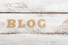 Blogwort auf Weiß gemalter Tabelle Stockfoto