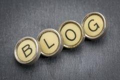 Blogwort in den Schreibmaschinenschlüsseln Stockbilder