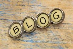 Blogwort in den Schreibmaschinenschlüsseln Stockfotos