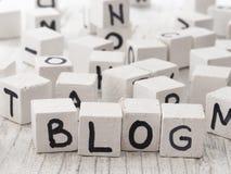 Blogwort gemacht von den hölzernen Buchstaben Stockfoto
