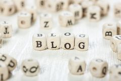 Blogwort geschrieben auf hölzernen Block Stockbilder