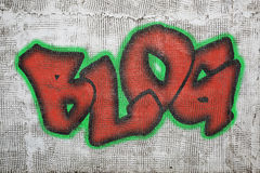 Blogwortgraffiti auf Gipswand Stockfoto