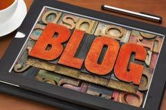 Blogwortzusammenfassung auf digitaler Tablette Stockbilder