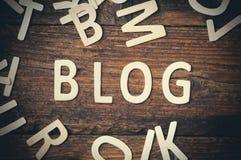 Blogzeichen geschrieben mit hölzernen Buchstaben Stockbilder