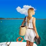 Bloind-Tourist in einem Strand mit Korb und Flipflops Stockbilder