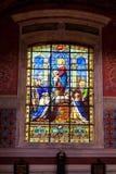 BLOIS, ФРАНЦИЯ - ОКОЛО ИЮНЬ 2014: Цветное стекло в церков Свят-Винсент-de-Пола в Blois, Франции стоковое изображение