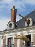 Blois, França - 07/2014: Casa do mágico Robert-Houdin com figuras dos dragões com espetáculos, museu e o local interativo sobre imagem de stock royalty free