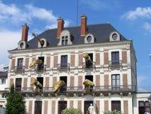 Blois, França - 07/2014: Casa do mágico Robert-Houdin com figuras dos dragões com espetáculos, museu e o local interativo sobre imagem de stock