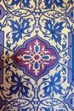 BLOIS, FRANKREICH - CIRCA IM JUNI 2014: Blaues und violettes Muster in Chateau de Blois Stockbild