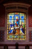 BLOIS, FRANKREICH - CIRCA IM JUNI 2014: Buntglas in der Kirche von Saint-Vincent de Paul in Blois, Frankreich Stockbild